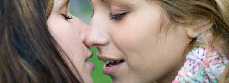 Lesbian-Kiss